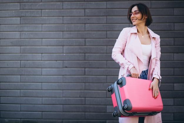 Mujer que viaja bolso rosa