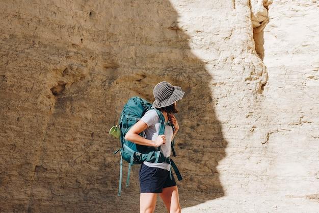 Mujer que viaja con mochila