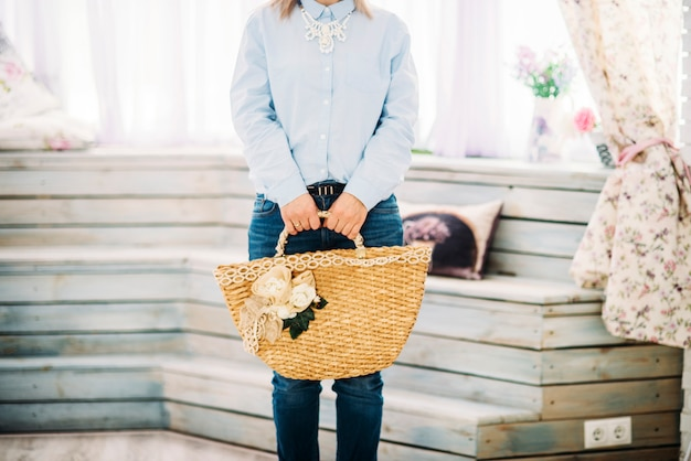 Mujer se queda con bolsa en manos