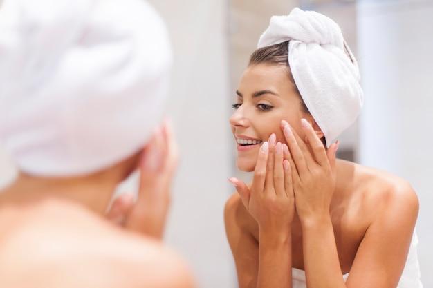 Mujer quitando la espinilla de su rostro