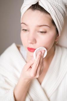 Mujer quitando maquillaje