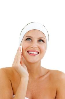 Mujer radiante aplicando una base de maquillaje