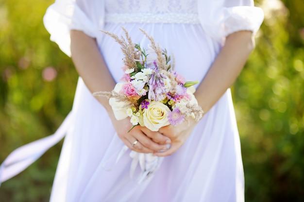 Mujer con ramo de flores de boda