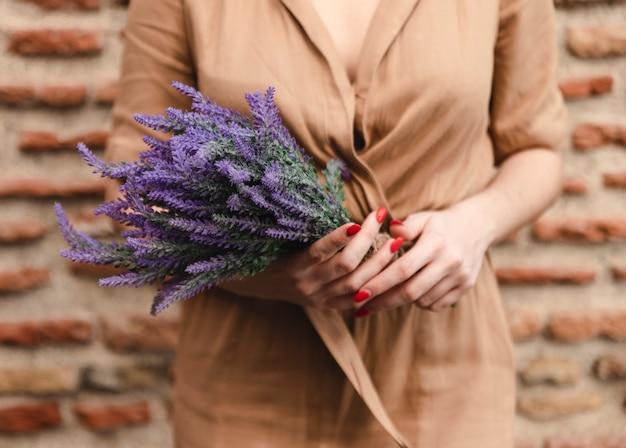 Mujer con ramo de flores de lavanda