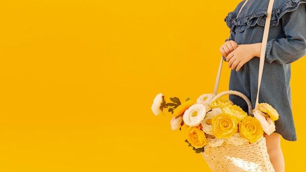Mujer con ramo de rosas copia espacio