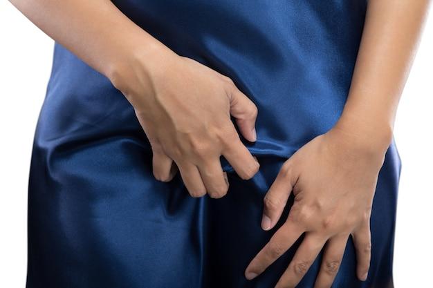 La mujer está rascando la vagina