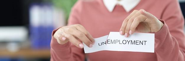 Mujer rasga desempleo de inscripción en la oficina. búsqueda de nuevo concepto de vacantes