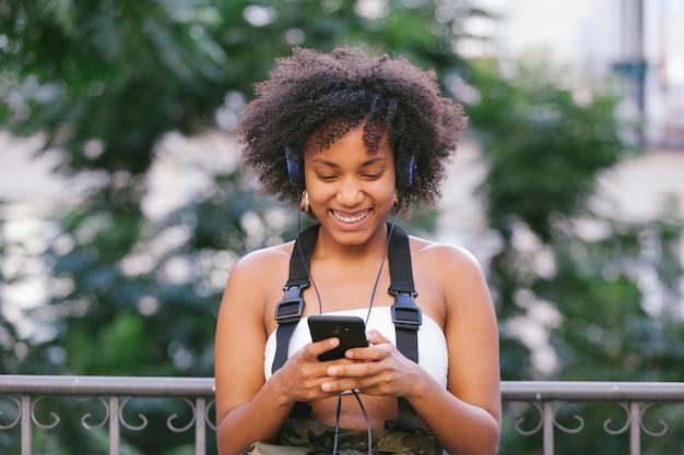 Mujer de raza mixta llamando a sus amigos en la calle