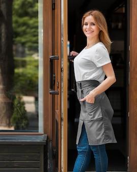 Mujer reabriendo pequeños negocios