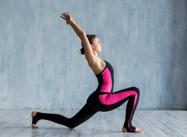 Mujer realizando un ejercicio de estocada