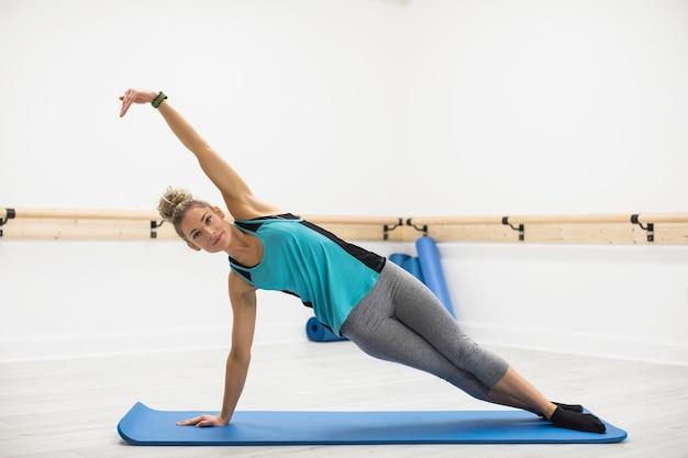 Mujer realizando ejercicios de estiramiento