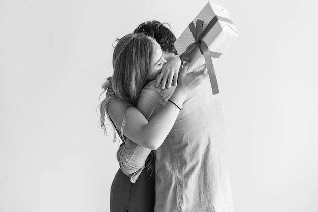 La mujer recibe una caja de regalo de su amante