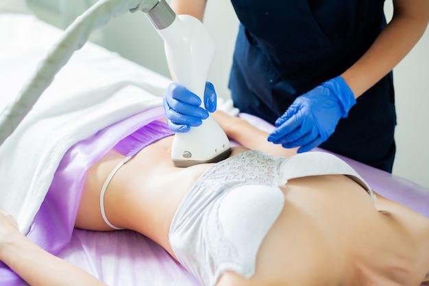 Mujer recibe lipomassage lpg en clínica de belleza