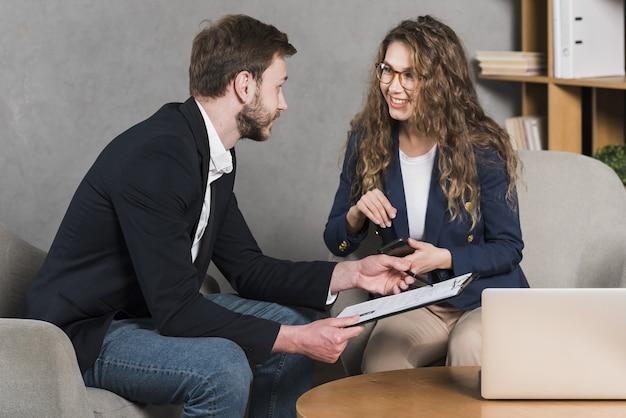 Mujer recibiendo entrevista para un trabajo