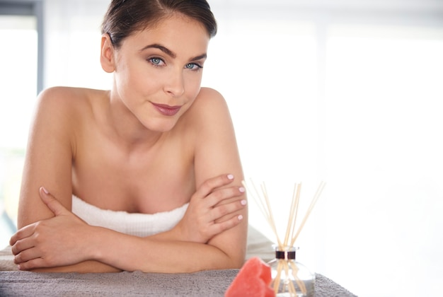 Mujer, recibiendo, masaje, en, balneario