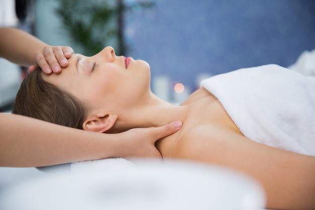 Mujer recibiendo un masaje en la cabeza