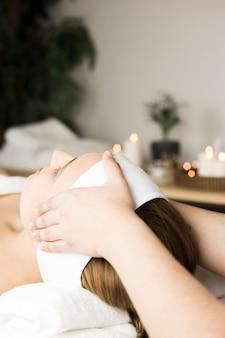 Mujer recibiendo masaje en centro de spa