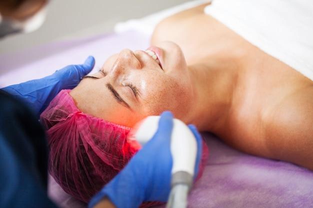 Mujer recibiendo masaje en la clínica de belleza