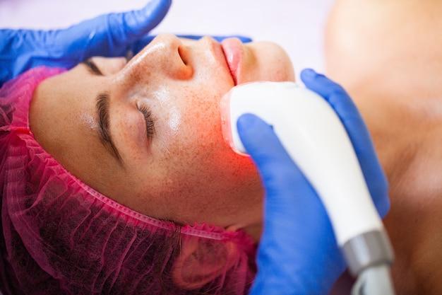Mujer recibiendo masaje de hardware de glp en la clínica de belleza.