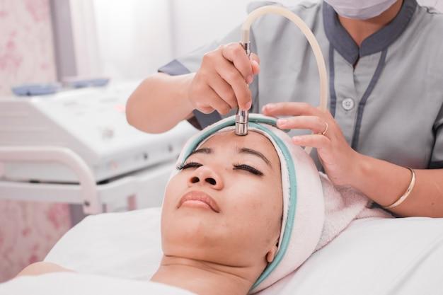 Mujer recibiendo procedimiento de elevación de rf