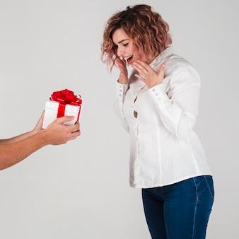 Mujer recibiendo regalo para san valentín