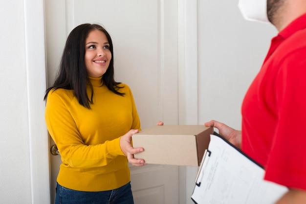 Mujer recibiendo su nueva compra de cyber monday