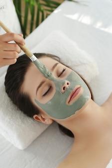 Mujer recibiendo un tratamiento de belleza para el cuidado de la piel