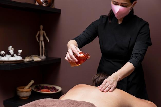 Mujer recibiendo un tratamiento en un salón de belleza