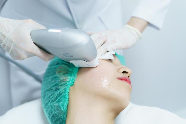 Mujer recibiendo tratamiento de spa hifu, chica recibiendo cara de masaje ex ex. tratamiento antienvejecimiento y concepto de cirugía plástica.