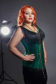 Mujer regordeta cabaret regordete con el pelo rojo