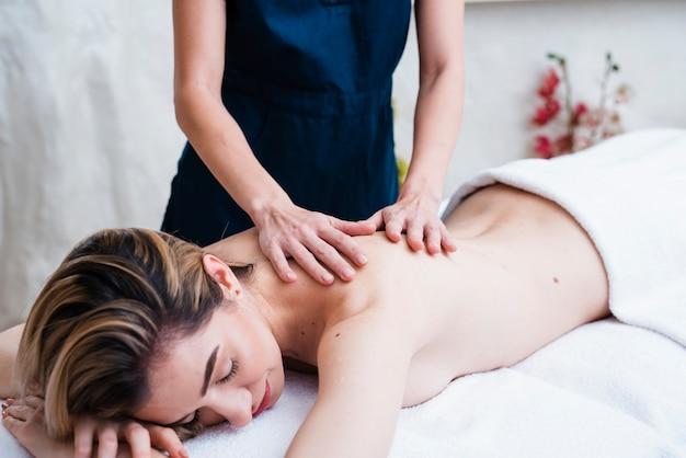 Mujer relajada disfrutando de un masaje de espalda
