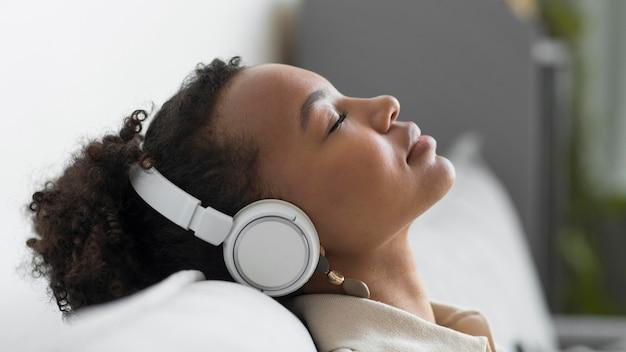 Mujer relajada usando audífonos