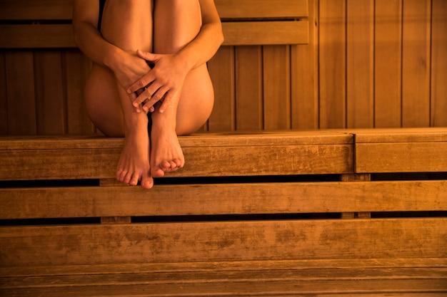 Mujer relajando en sauna