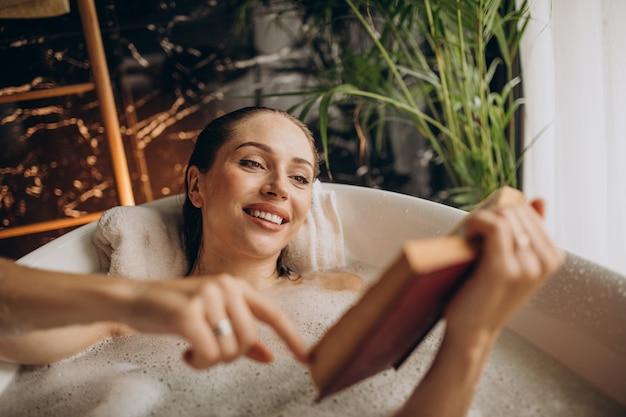Mujer relajante en el baño con burbujas