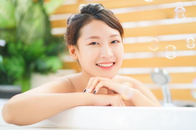Mujer, relajante, en el baño