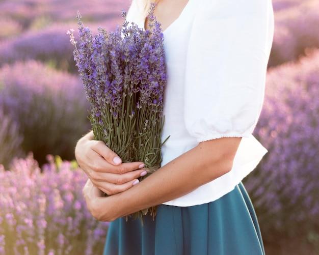 Mujer relajante en campo de flores