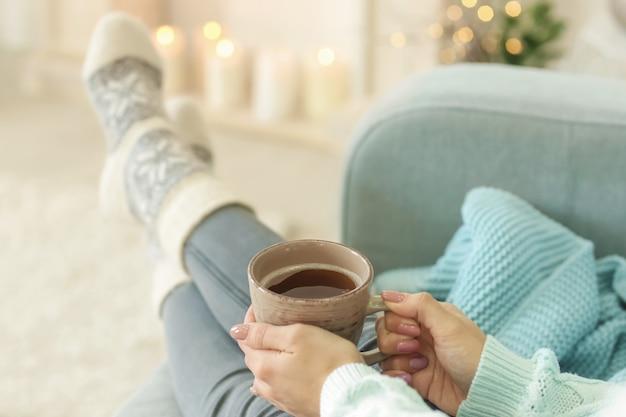Mujer relajante en casa en vacaciones de invierno
