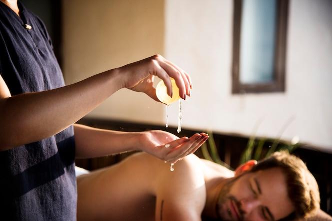 Mujer relajante de un tratamiento de spa