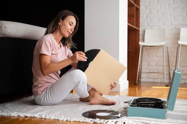 Mujer relajante escuchando música en casa
