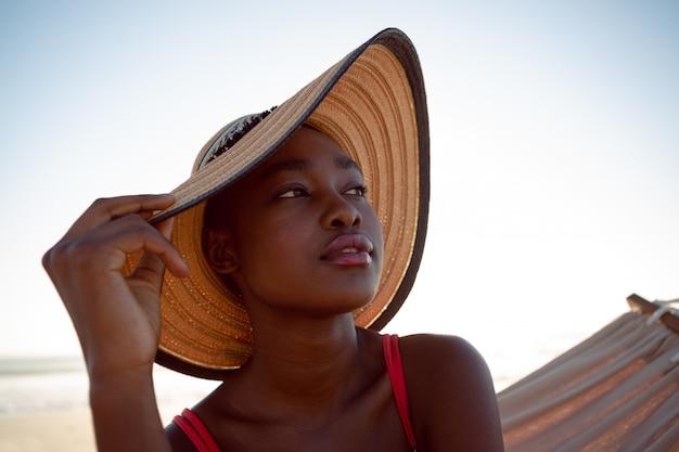 Mujer relajante en una hamaca en la playa