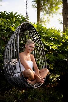 Mujer relajante en un hotel spa fuera