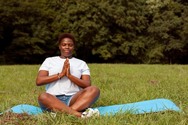 Mujer relajante y meditación en la naturaleza.