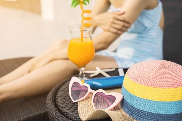 Mujer relajante en piscina, vacaciones de verano