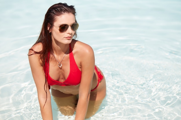 Mujer relajante en la piscina