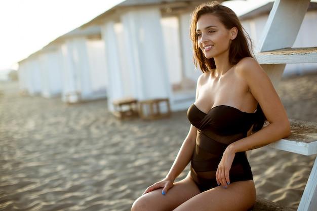 Mujer relajante en la playa