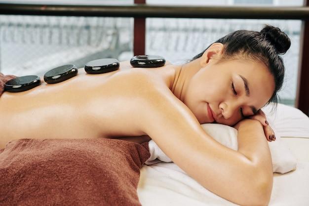 Mujer relajante en el salón de spa