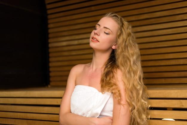 Mujer relajante en una sauna