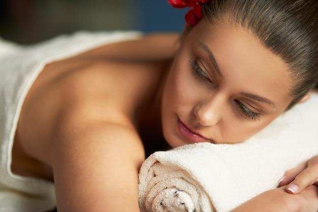 Mujer relajante en el spa