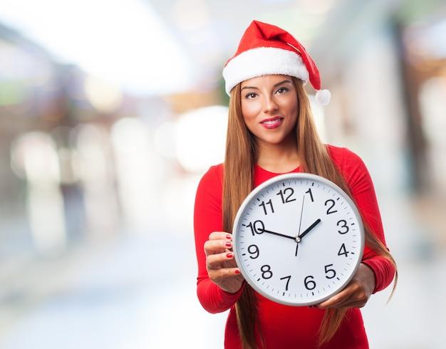 Mujer con un reloj grande en un centro comercial