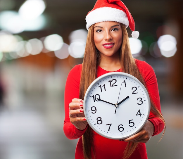 Mujer con un reloj grande